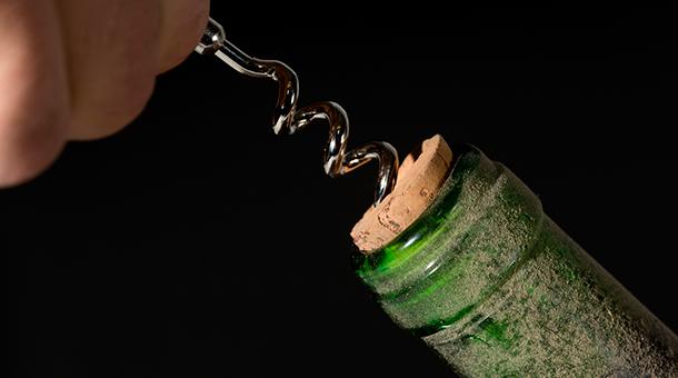 Descorchando botella de vino