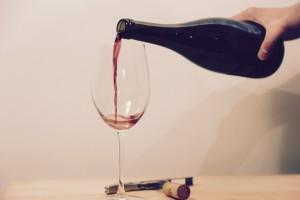 mano sirviendo vino en copa