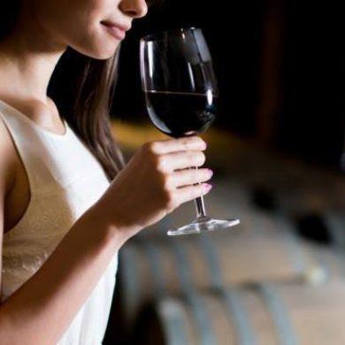 Cómo sujetar correctamente una copa de vino