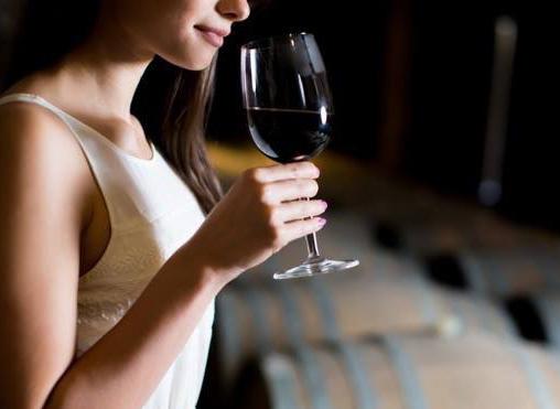 Cómo sujetar una copa de vino correctamente